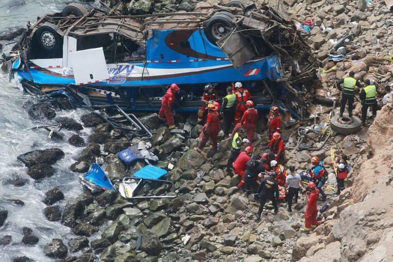 Több tucatnyi halott egy perui buszbalesetben