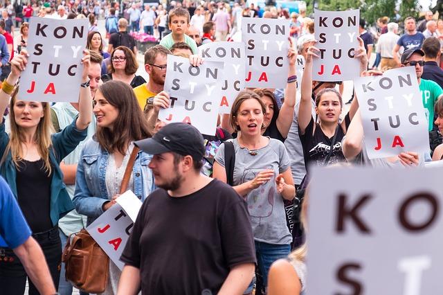 Az igazságügyi reformok ellen tüntettek Varsóban