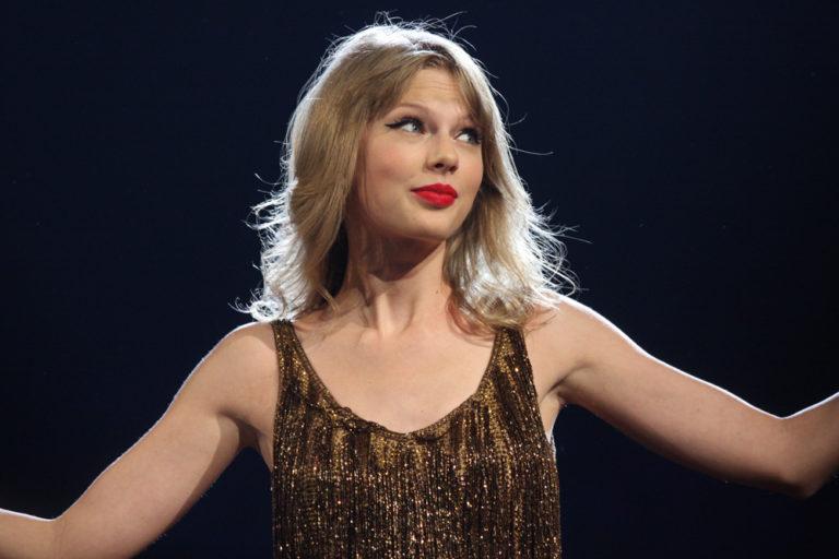 Üzent új számával Taylor Swift