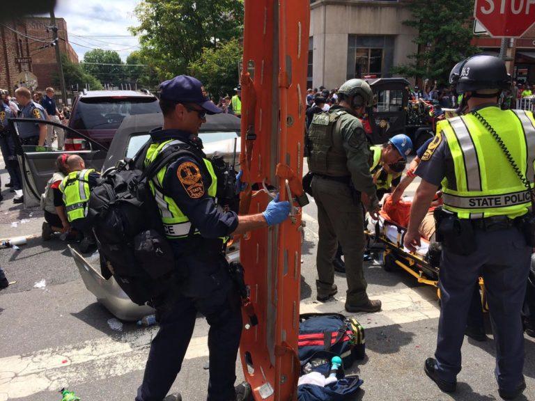 Szélsőjobboldali tüntetés egy amerikai városban – verekedés, gázolás, rendkívüli állapot