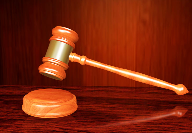 Átkokat szórtak a bíróra – felelniük kell