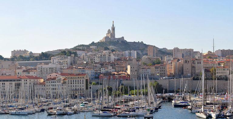 Buszmegállóba rohant egy autó Marseilleben