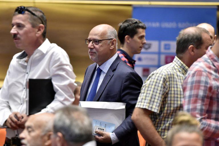 Botrányos kezdet után elsöprő többséggel váltották le Bienerthet