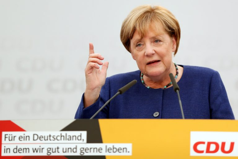 Angela Merkel megint figyelmeztette Orbánt