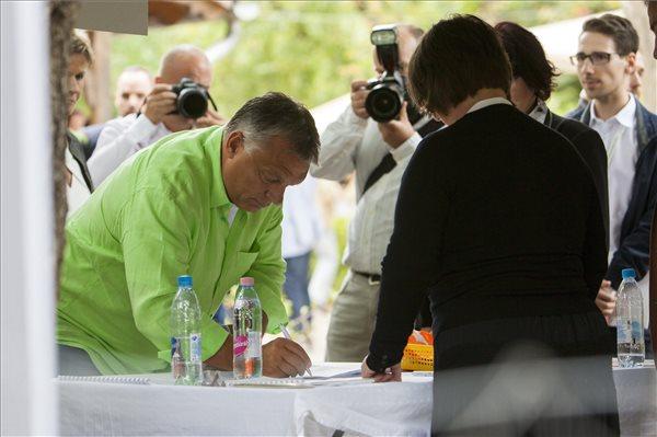 Orbán Viktor Kötcsén: meg kell védenünk a kerítést és az elmúlt hét év eredményeit