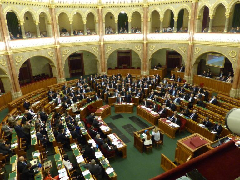 Ötnapos ülést kezd a Parlament