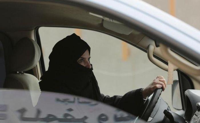 Szaúd-Arábiában a jövőben a nők is vezethetnek autót