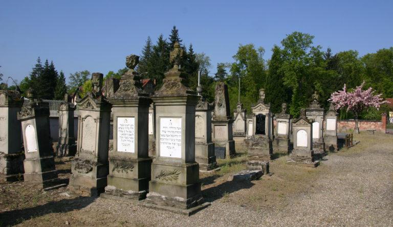 Neonácikat ítéltek el zsidó sírok meggyalázása miatt – Franciaországban