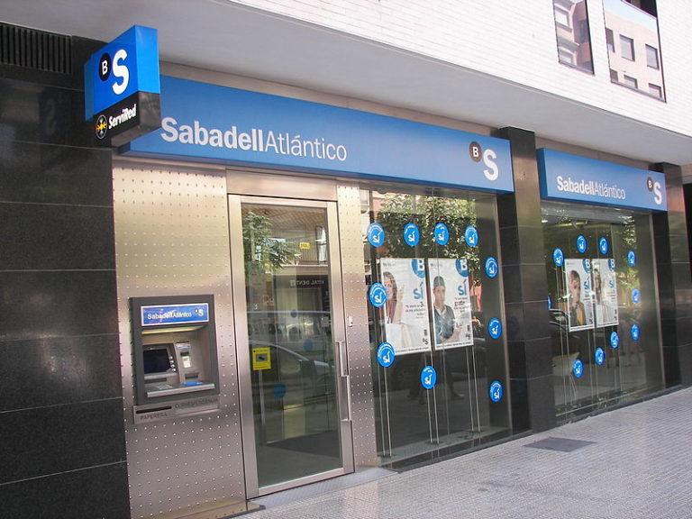 Menekül Katalóniából az egyik legnagyobb helyi bank