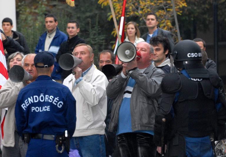 Tíz éve történt: Tojással akarták megdobálni Gyurcsányt
