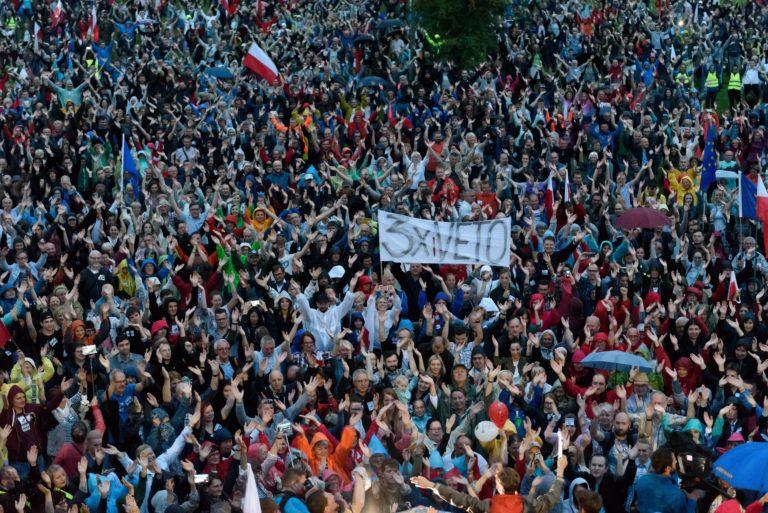 Zaklatják Lengyelországban a kormányellenes tüntetőket