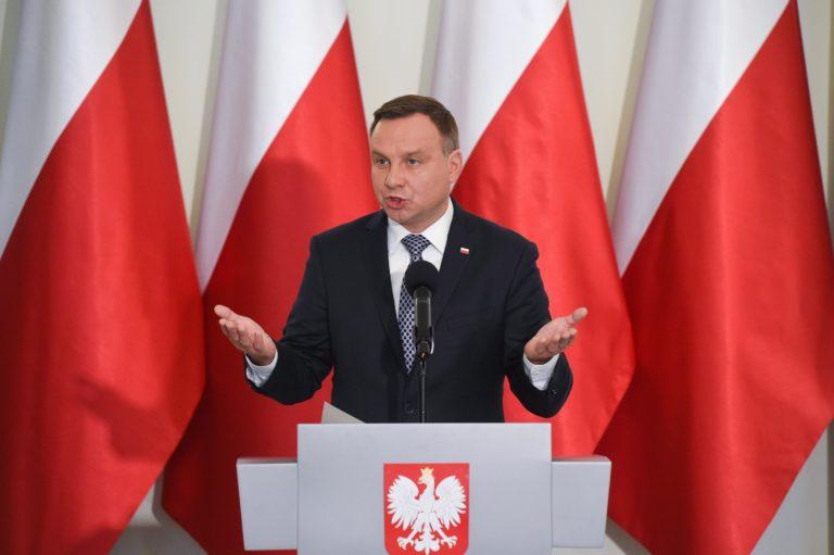 Aláírta a lengyel elnök a civilellenes törvényt