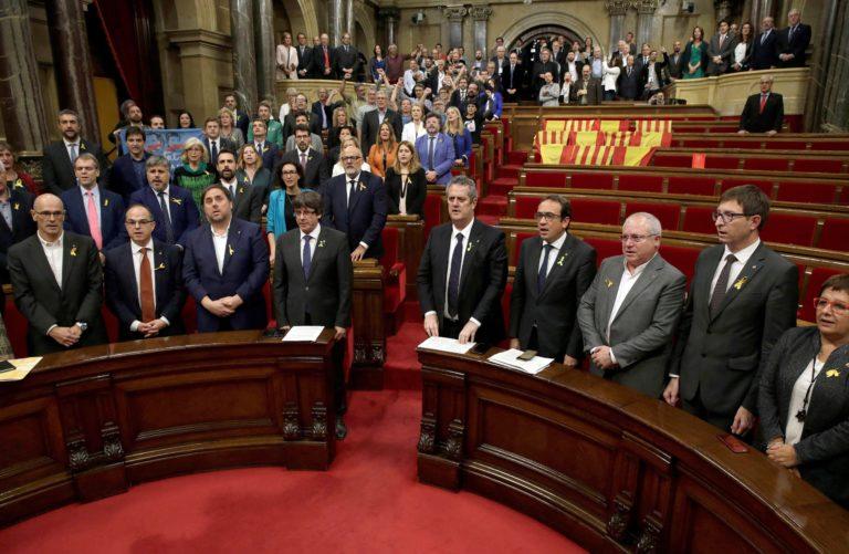 Mára a bíróságra várják a katalán vezetőket – Frissítve