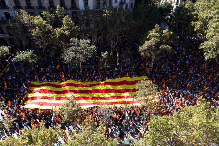 Többszázezer tüntető Katalónia kiválása ellen Barcelonában