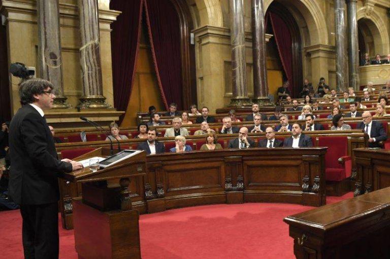 A katalán elnök felfüggesztette a függetlenség kikiáltását a dialógus reményében