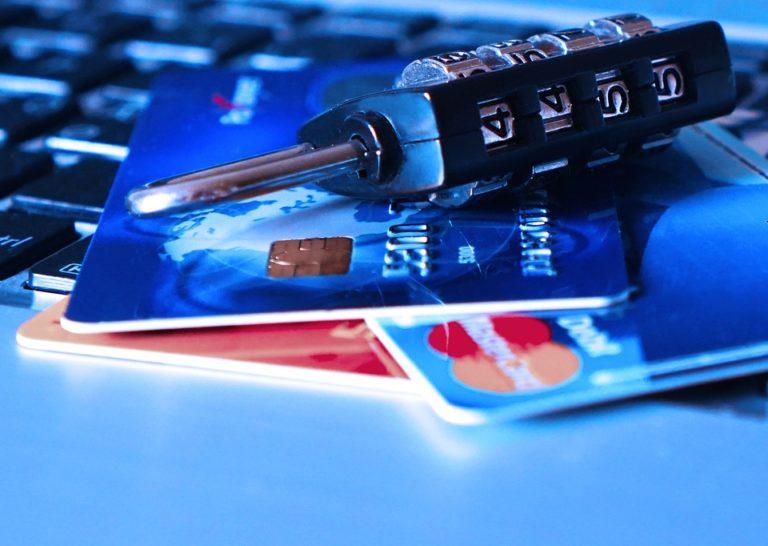 Ez Önnel is megtörténhet! – Ellopta a vásárlóinak banki adait