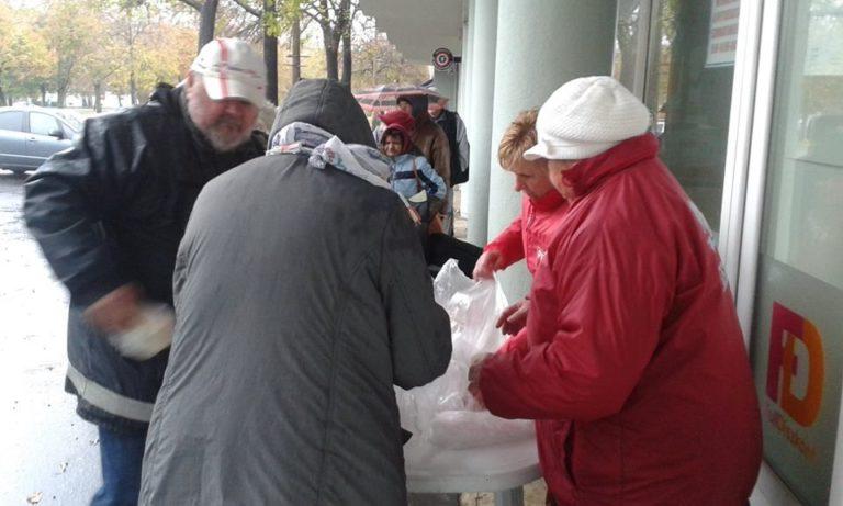 Ételt osztottak Debrecenben a szocialisták