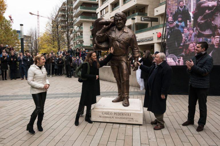 Felavatták Bud Spencer szobrát Budapesten