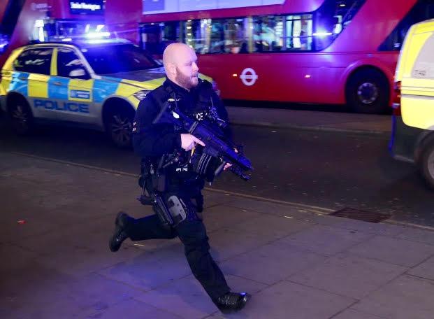 Lövöldözés miatt kiürítették a londoni metró egyik állomását. Frissítés: Scotland Yard: nincs nyoma lövöldözésnek és sérülteknek