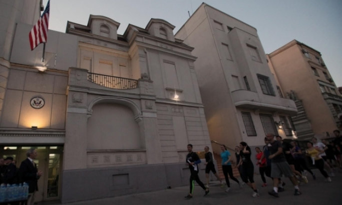Felgyújtották az amerikai nagykövetséget, felfüggesztettet kaptak