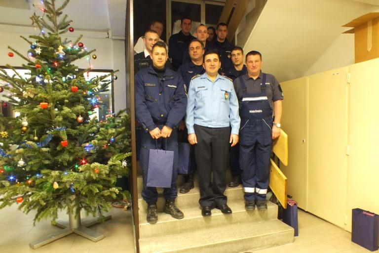 Ajándékot kaptak a szenteste is dolgozó rendőrök