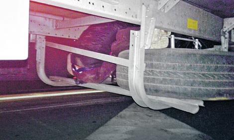 Öt órán át utazott egy fiú egy távolsági busz alvázára kapaszkodva
