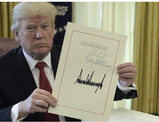 Trump aláírta az adótörvényt, majd elment karácsonyozni