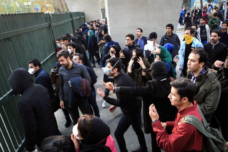 Újabb halálos áldozatok az iráni tüntetéseken – Frissítve
