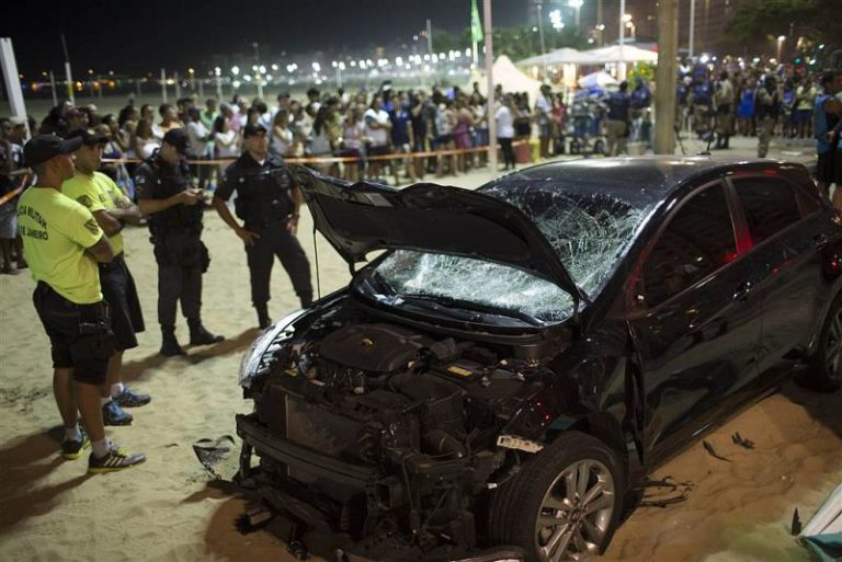 Autó hajtott a járókelők közé a Copacabana strandnál
