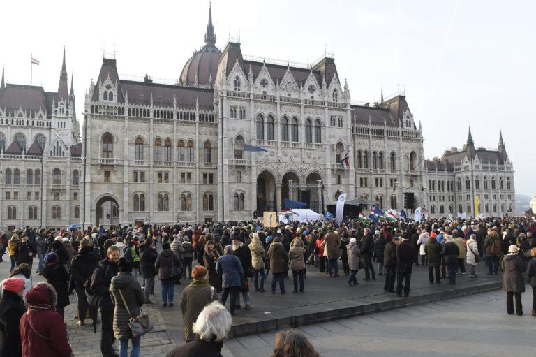 Tanárok tüntettek a Kossuth téren