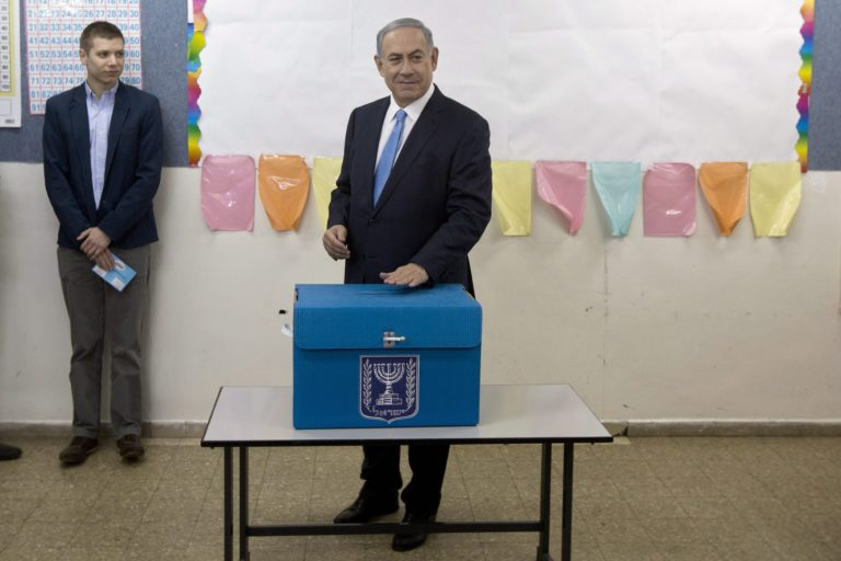 Sztriptíz-gate Izraelben – belebukik-e a fia újabb botrányába a miniszterelnök?