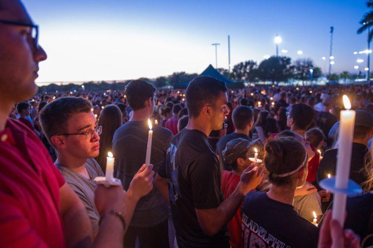 Nem állította meg a tömeggyilkost a floridai iskola mellé kirendelt rendőr
