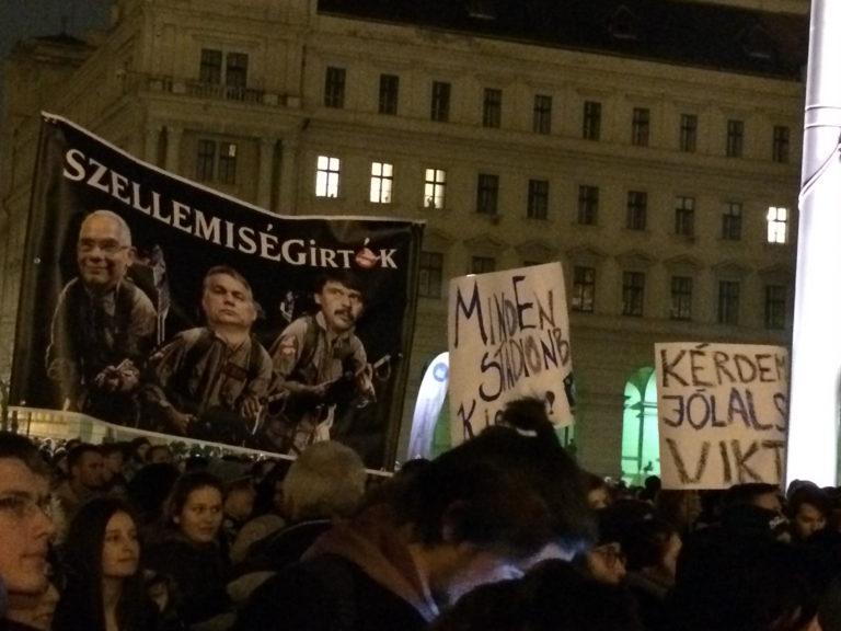 Többezer diák tüntetett a parlament előtt, március 15-én folytatják