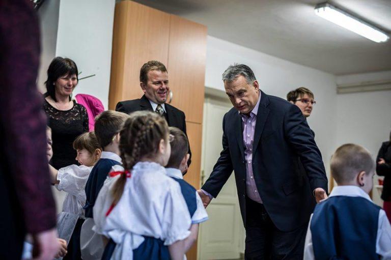 Óvodásokkal kampányolt Orbán, megbüntették