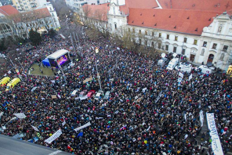 Több tízezres kormányellenes tüntetés Szlovákiában