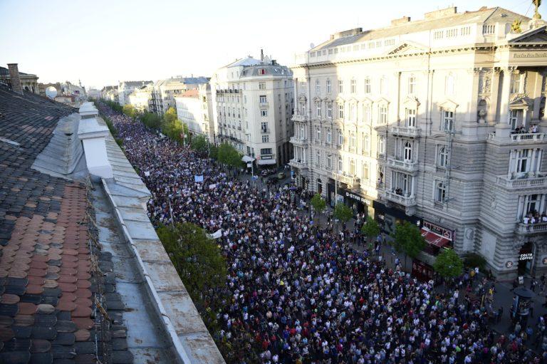 Megint tízezrek tüntettek a demokráciáért