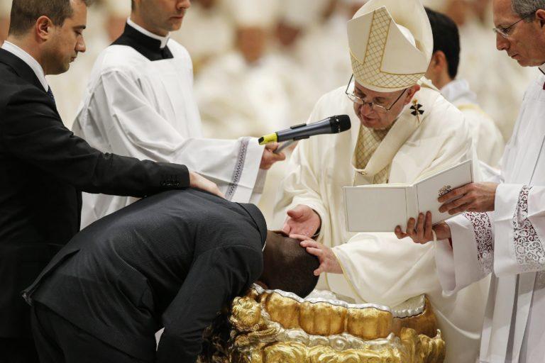 Ferenc pápa megkeresztelt egy hősként ünnepelt nigériai migránst
