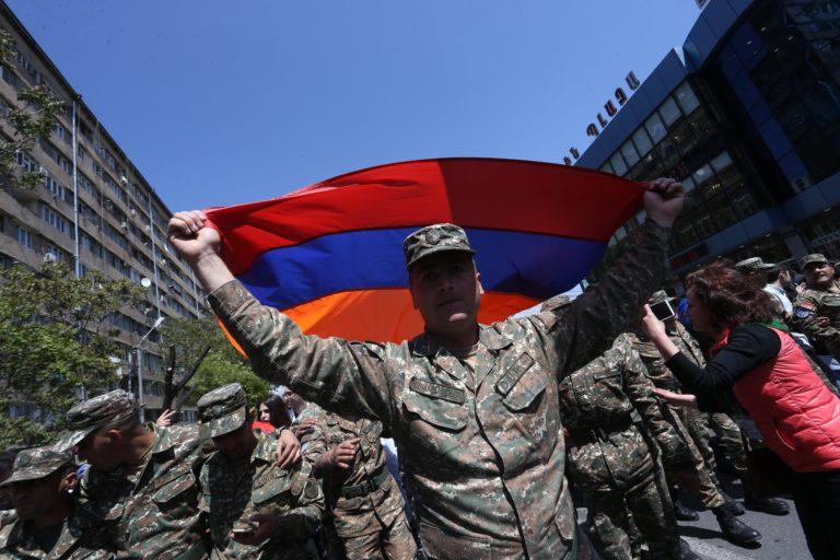 Új választások lehetnek az elnök bukása után az örményeknél