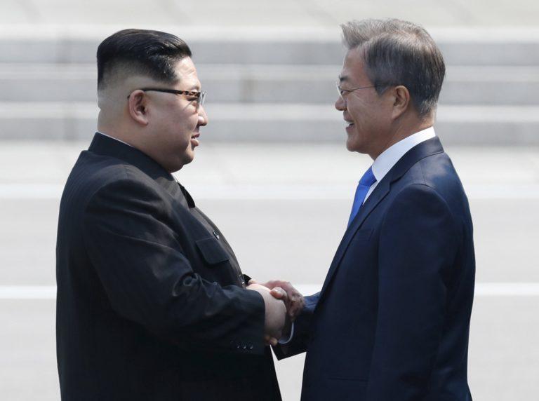 Történelmi találkozó: békekötést ígér a két koreai vezető