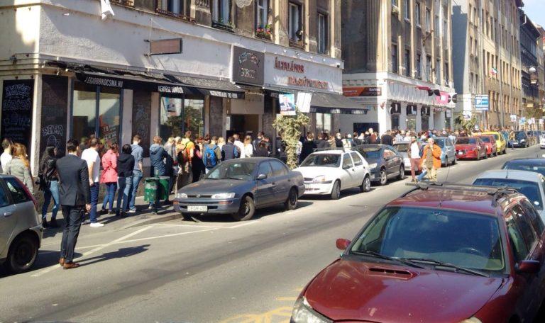 Több száz méteres sorok néhány szavazókörben