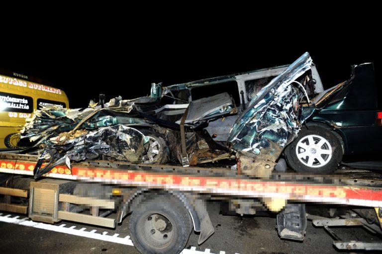 Facebookozott a sofőr, kilencen meghaltak