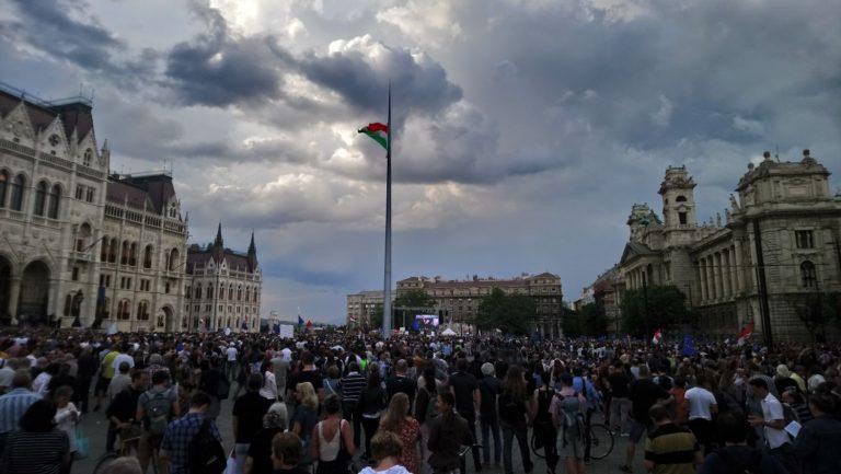 A zivatar miatt kurta lett a többezres tüntetés