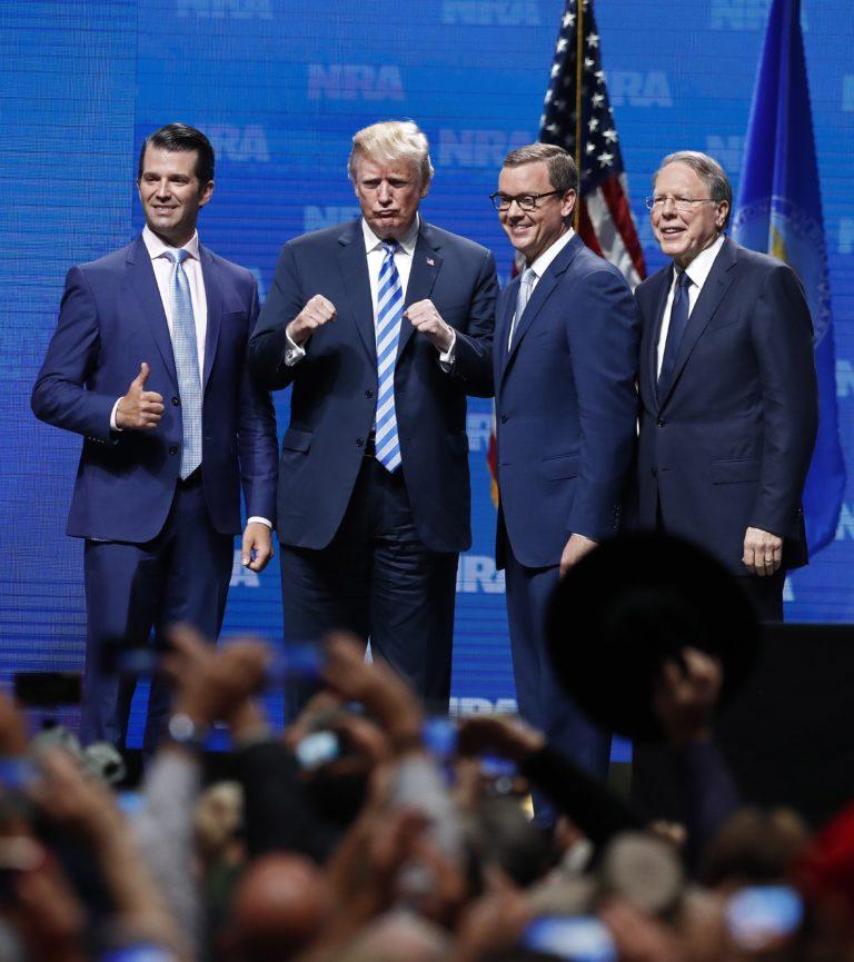 Donald Trump ismét feltétlen támogatásáról biztosította a fegyverlobbit