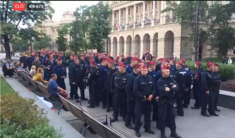 Eltüntette a rendőrség a tüntetőket a Kossuth térről