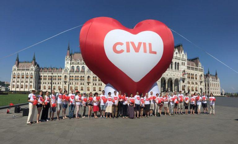 Nagy, piros szívvel tiltakoznak a civilek a Stop Soros ellen