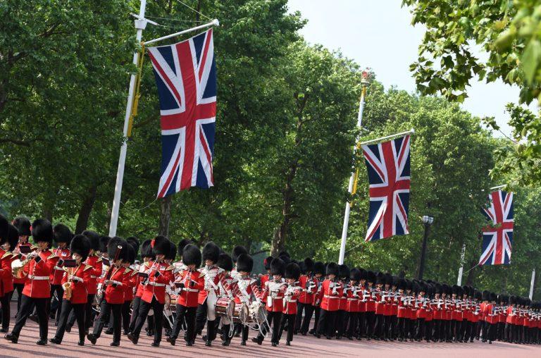Megünnepelték a brit uralkodó születésnapját