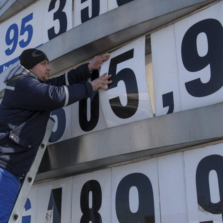Lehetne olcsóbb a benzin, de kell a pénz