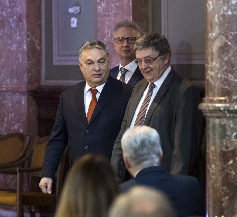 Díszpolgárrá avatta Tarlós a büntiben lévő MTA-elnököt