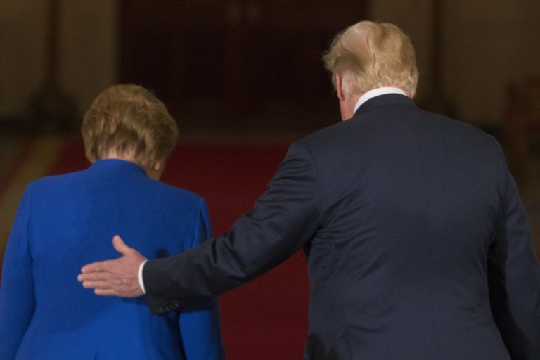 Trump beszólt Merkelnek, aki ettől népszerűbb lett