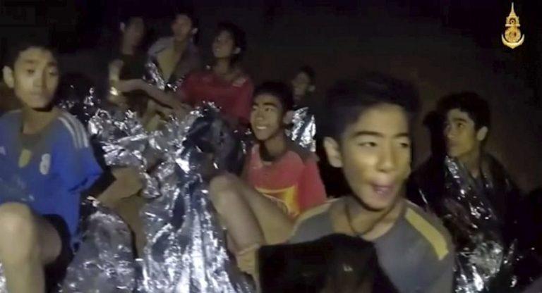 A fiúk fele már kijött a thaiföldi barlangból, a mentést holnap folytatják
